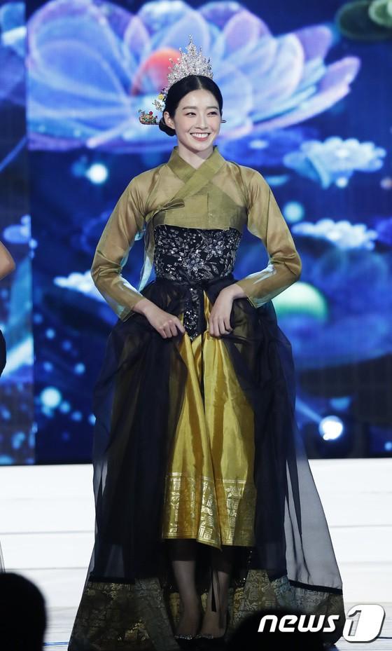 Chung kết Hoa hậu Hàn Quốc 2019 gây bão: Tân Hoa hậu xinh đến mức dìm cựu Hoa hậu, dàn Á hậu đằng sau bị chê mặt nhựa-9