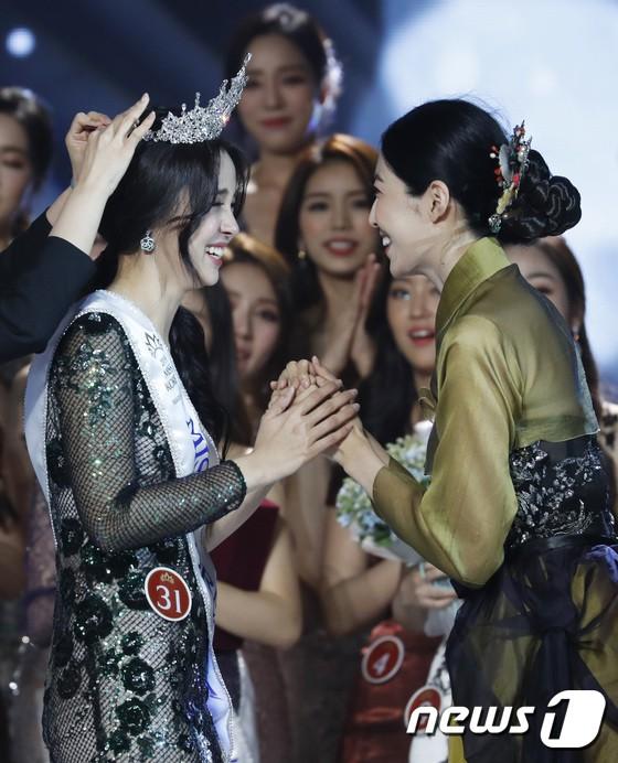 Chung kết Hoa hậu Hàn Quốc 2019 gây bão: Tân Hoa hậu xinh đến mức dìm cựu Hoa hậu, dàn Á hậu đằng sau bị chê mặt nhựa-10