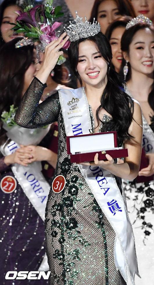 Chung kết Hoa hậu Hàn Quốc 2019 gây bão: Tân Hoa hậu xinh đến mức dìm cựu Hoa hậu, dàn Á hậu đằng sau bị chê mặt nhựa-4