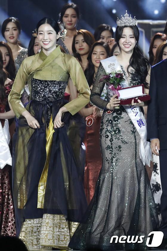 Chung kết Hoa hậu Hàn Quốc 2019 gây bão: Tân Hoa hậu xinh đến mức dìm cựu Hoa hậu, dàn Á hậu đằng sau bị chê mặt nhựa-11