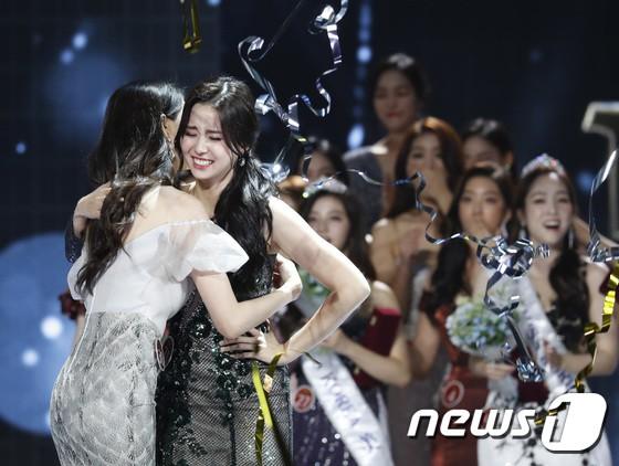 Chung kết Hoa hậu Hàn Quốc 2019 gây bão: Tân Hoa hậu xinh đến mức dìm cựu Hoa hậu, dàn Á hậu đằng sau bị chê mặt nhựa-12