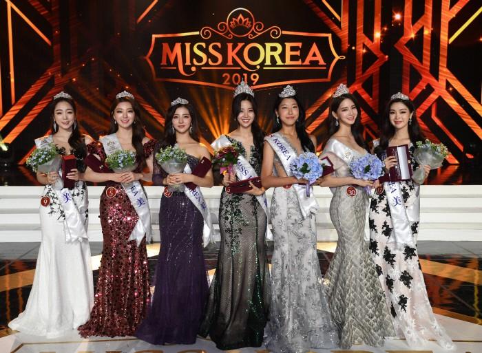 Chung kết Hoa hậu Hàn Quốc 2019 gây bão: Tân Hoa hậu xinh đến mức dìm cựu Hoa hậu, dàn Á hậu đằng sau bị chê mặt nhựa-16