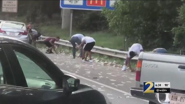 Xe chở tiền đánh rơi hơn 4 tỷ đồng trên đường cao tốc, người dân xúm vào nhặt trước sự bất lực của cảnh sát-1
