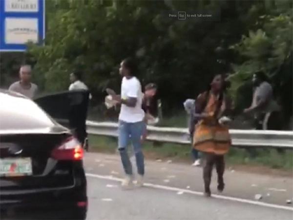 Xe chở tiền đánh rơi hơn 4 tỷ đồng trên đường cao tốc, người dân xúm vào nhặt trước sự bất lực của cảnh sát-2