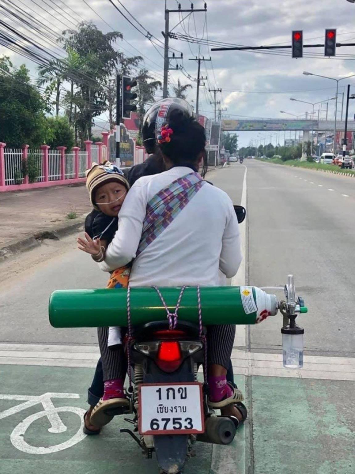 Có gì bằng tình cha nghĩa mẹ: 2 ngày 1 lần, cặp vợ chồng lại đi xe máy 120km đổi bình oxy để giữ mạng cho con-1