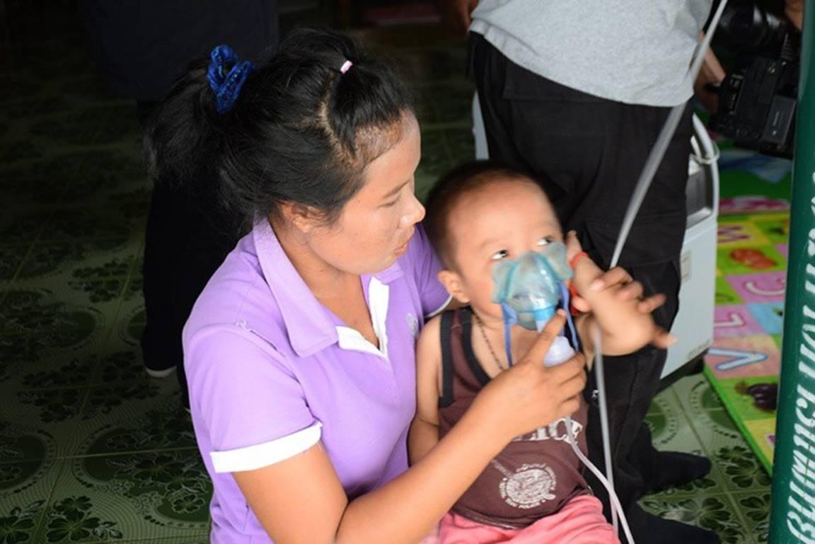Có gì bằng tình cha nghĩa mẹ: 2 ngày 1 lần, cặp vợ chồng lại đi xe máy 120km đổi bình oxy để giữ mạng cho con-3