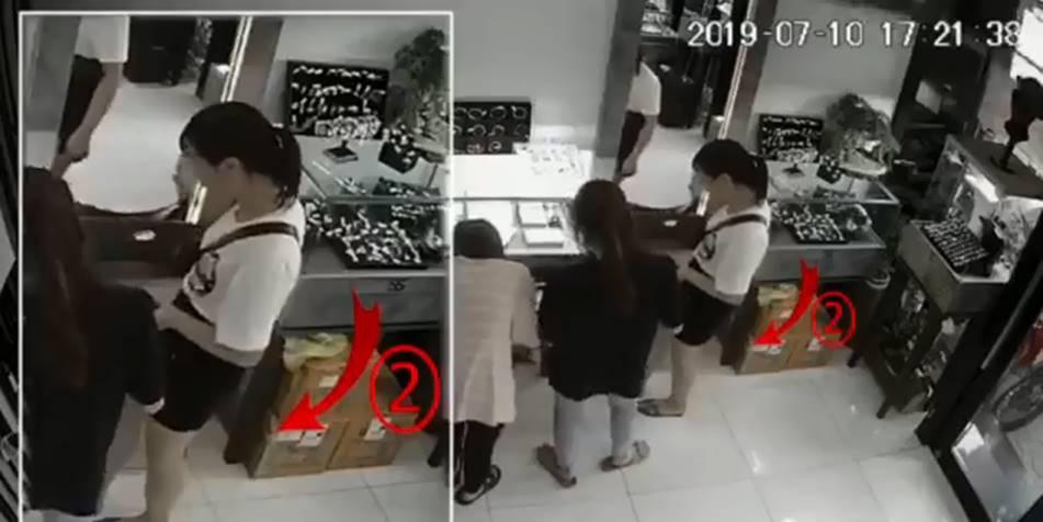 Cô gái trẻ khiến dân mạng choáng váng với thủ đoạn trộm cắp tinh vi tại cửa hàng nữ trang-1