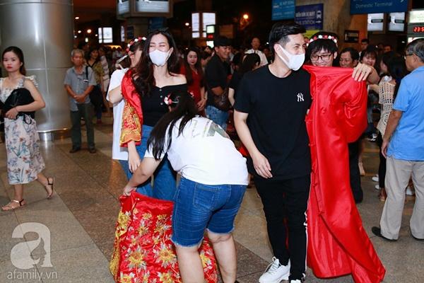 Hot: Đông Nhi và Ông Cao Thắng bất ngờ được tổ chức đám cưới ngay tại sân bay sau khi trở về từ Mỹ-3