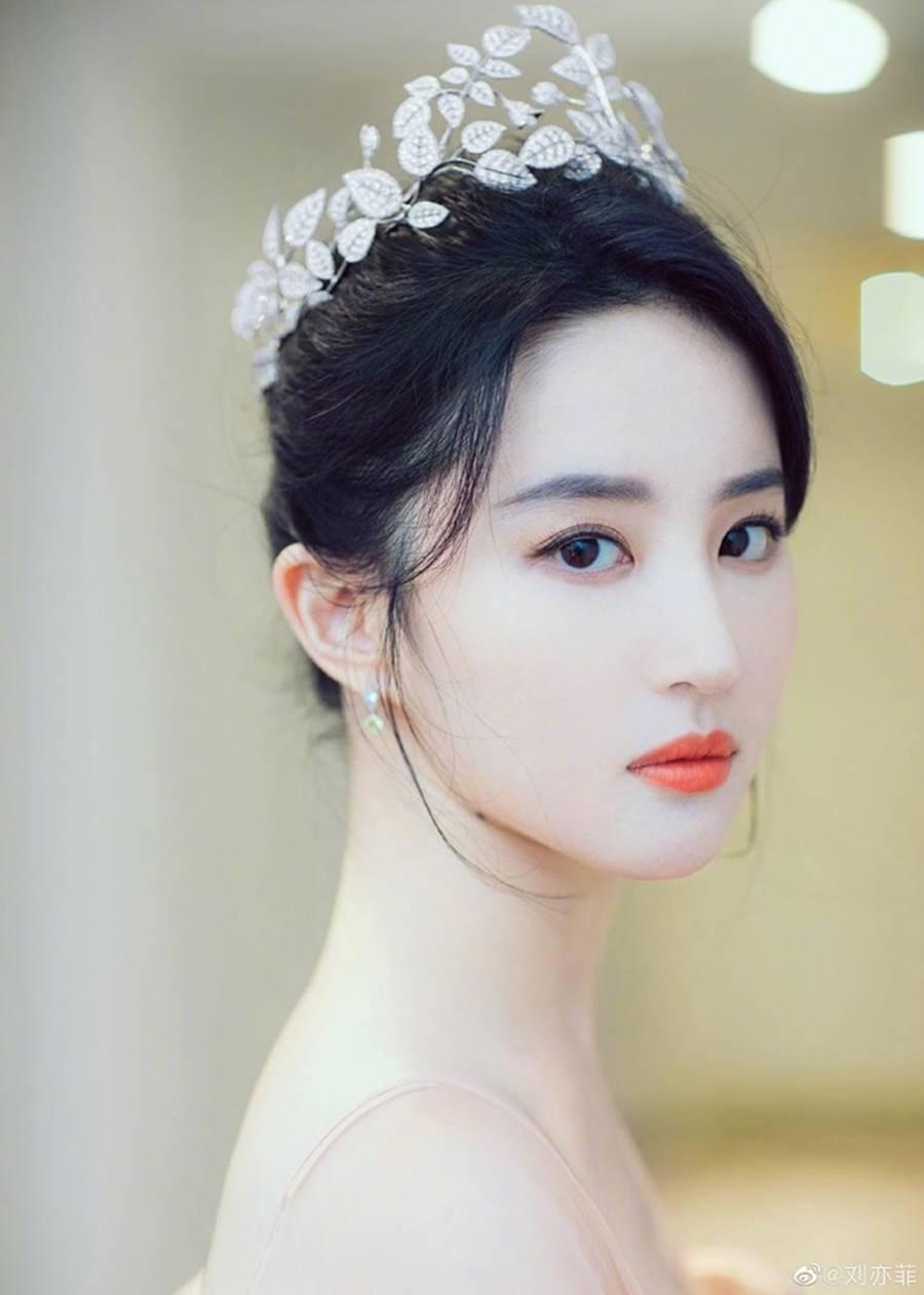 Lưu Diệc Phi đội vương miện, xinh đẹp như nàng tiên bước ra từ truyện cổ tích-1