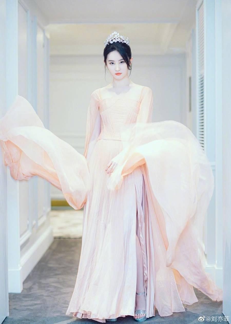 Lưu Diệc Phi đội vương miện, xinh đẹp như nàng tiên bước ra từ truyện cổ tích-2