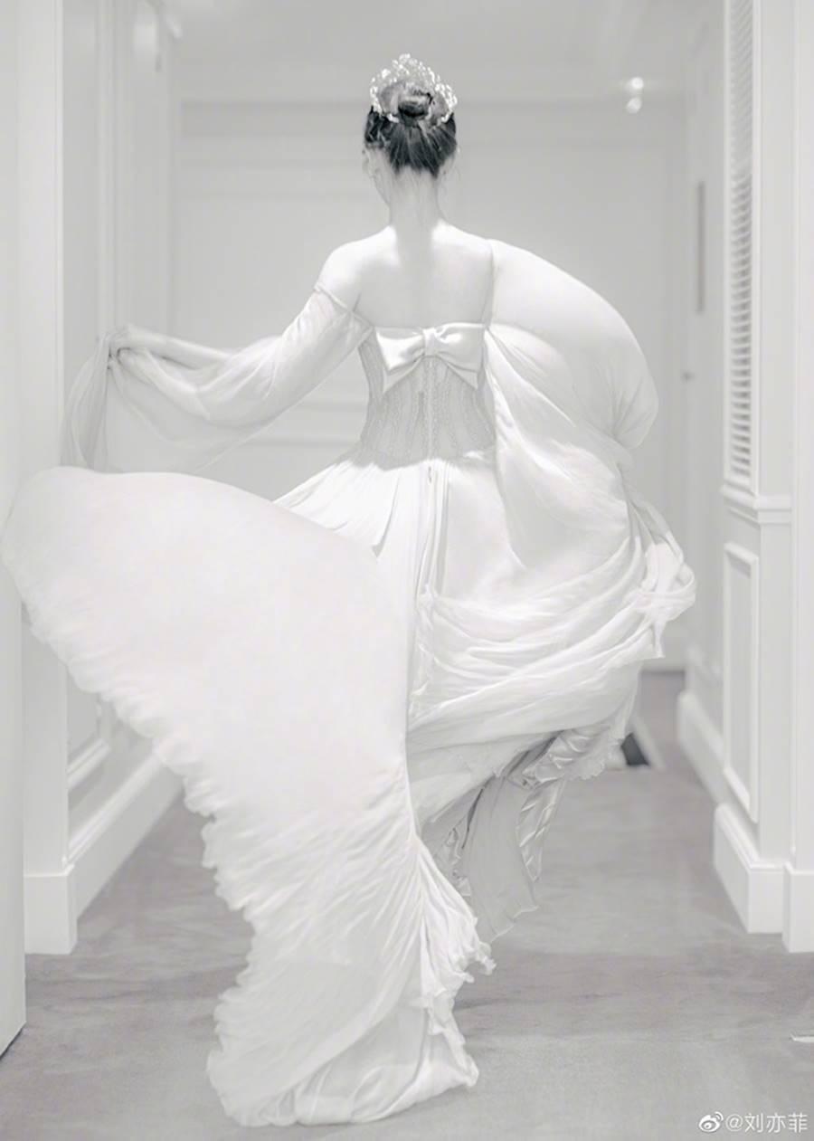 Lưu Diệc Phi đội vương miện, xinh đẹp như nàng tiên bước ra từ truyện cổ tích-5