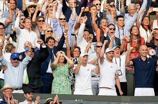 Đỏ mặt ở Wimbledon: Vợ Federer cổ vũ quá sung, hết hồn bung cúc áo-5