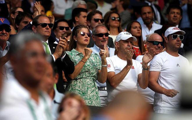 Đỏ mặt ở Wimbledon: Vợ Federer cổ vũ quá sung, hết hồn bung cúc áo-3