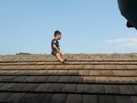 Sợ bị cắt bao quy đầu, bé trai 5 tuổi leo lên mái nhà phòng khám để trốn khiến mọi người tá hỏa