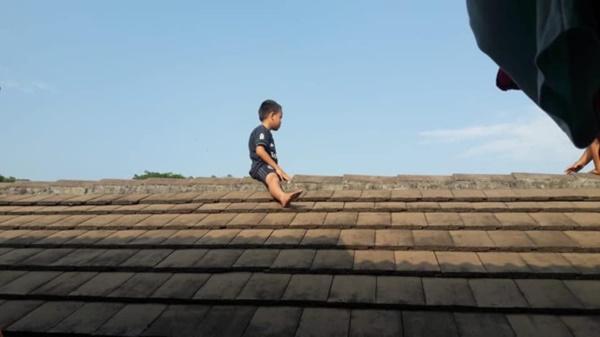 Sợ bị cắt bao quy đầu, bé trai 5 tuổi leo lên mái nhà phòng khám để trốn khiến mọi người tá hỏa-1