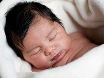 Cách chữa đau mắt đỏ: Trẻ sơ sinh bị đau mắt đỏ, mẹ cứ bình tĩnh làm cách này bé sẽ khỏi hoàn toàn chỉ sau vài ngày
