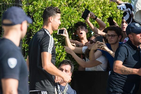 Hot như Ronaldo: Đến khám sức khỏe thôi cũng được fan ùn ùn kéo đến xem, tới tấp xin chữ ký-1