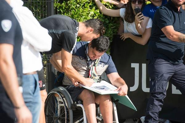 Hot như Ronaldo: Đến khám sức khỏe thôi cũng được fan ùn ùn kéo đến xem, tới tấp xin chữ ký-2