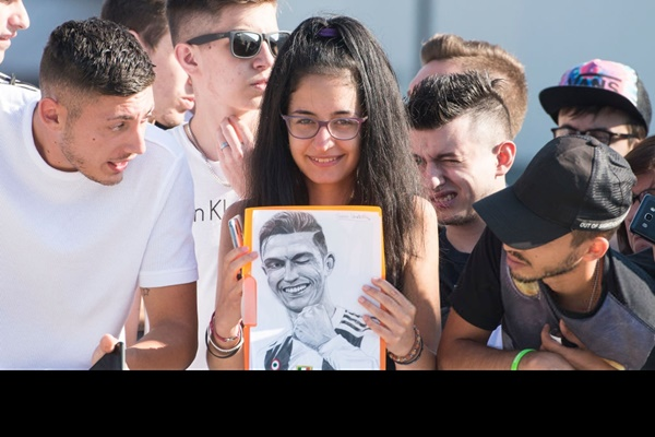 Hot như Ronaldo: Đến khám sức khỏe thôi cũng được fan ùn ùn kéo đến xem, tới tấp xin chữ ký-5