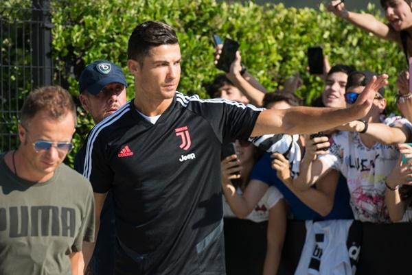 Hot như Ronaldo: Đến khám sức khỏe thôi cũng được fan ùn ùn kéo đến xem, tới tấp xin chữ ký-6