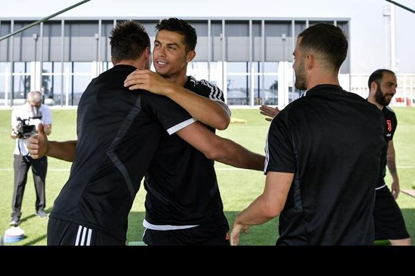 Hot như Ronaldo: Đến khám sức khỏe thôi cũng được fan ùn ùn kéo đến xem, tới tấp xin chữ ký-9