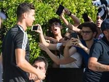 Hot như Ronaldo: Đến khám sức khỏe thôi cũng được fan ùn ùn kéo đến xem, tới tấp xin chữ ký