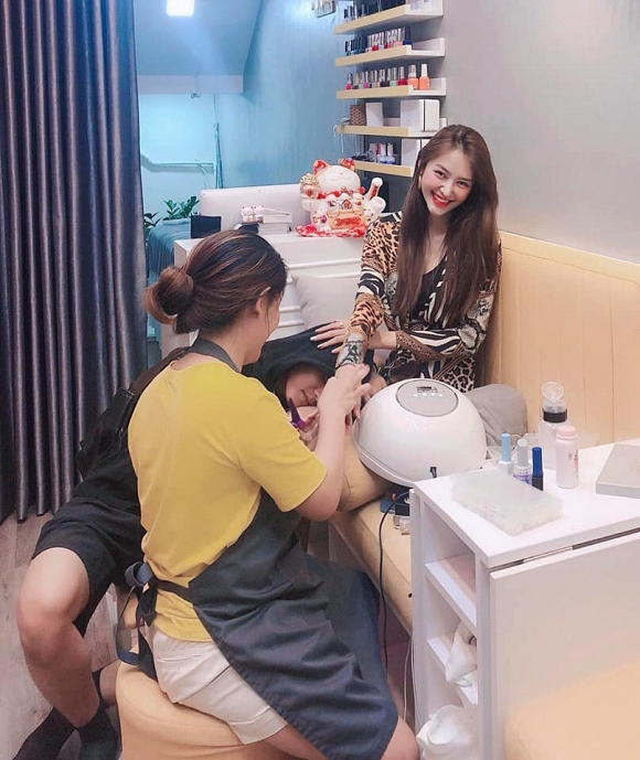 Linh Chi đăng ảnh Lâm Vinh Hải gục đầu vào đùi khi vợ làm nail, dân mạng tố làm màu, bắt chước Tâm Tít-3
