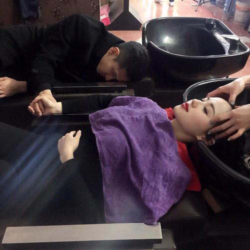 Linh Chi đăng ảnh Lâm Vinh Hải gục đầu vào đùi khi vợ làm nail, dân mạng tố làm màu, bắt chước Tâm Tít-11