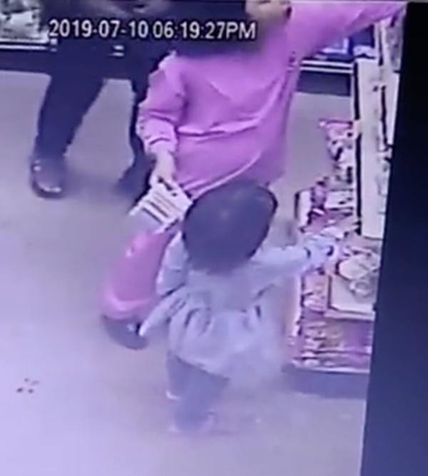 Sốc trước cảnh camera an ninh ghi lại hình ảnh yêu râu xanh ngang nhiên quấy rối các cô gái ngay trong cửa hàng tiện lợi-1