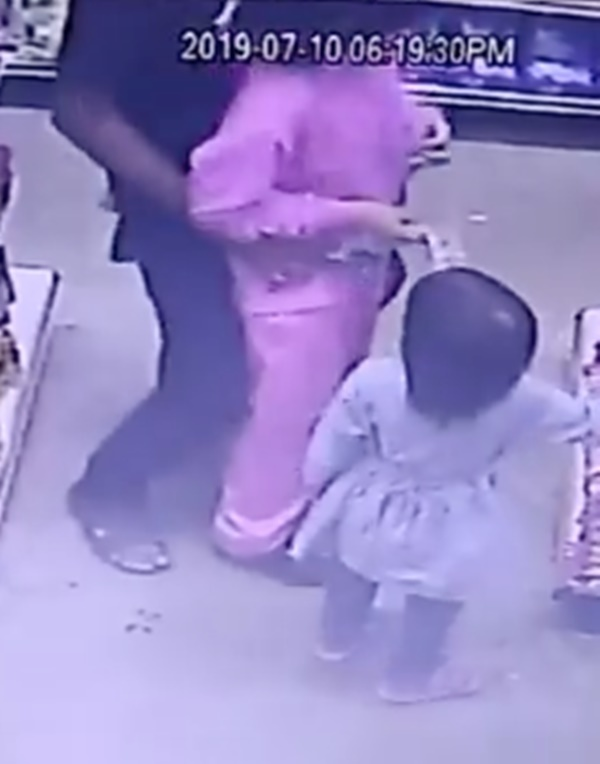 Sốc trước cảnh camera an ninh ghi lại hình ảnh yêu râu xanh ngang nhiên quấy rối các cô gái ngay trong cửa hàng tiện lợi-2