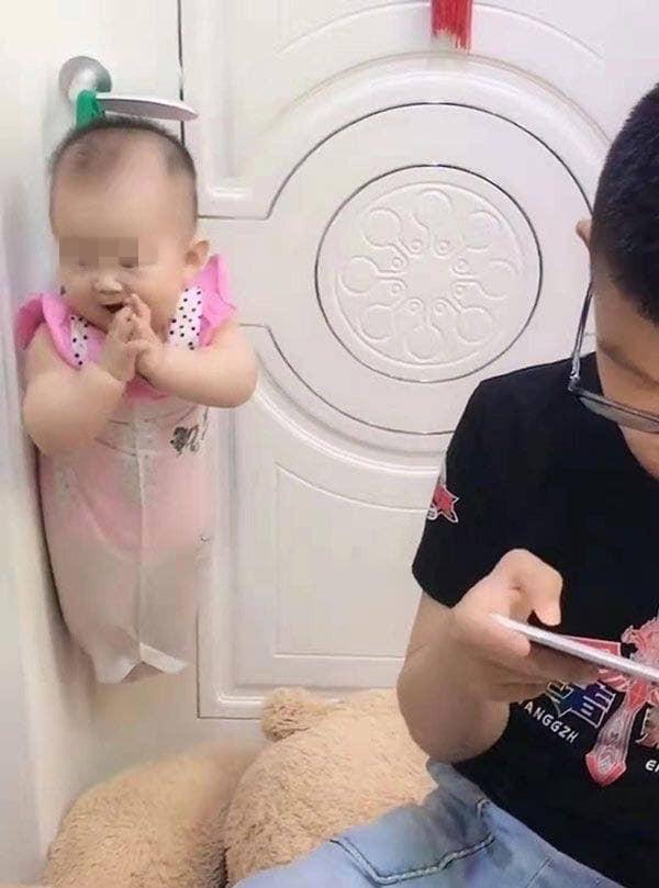 Mẹ nhờ trông em gái, cậu bé có ngay sáng kiến bất ngờ để rảnh tay chơi game-3