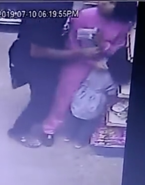 Sốc trước cảnh camera an ninh ghi lại hình ảnh yêu râu xanh ngang nhiên quấy rối các cô gái ngay trong cửa hàng tiện lợi-3
