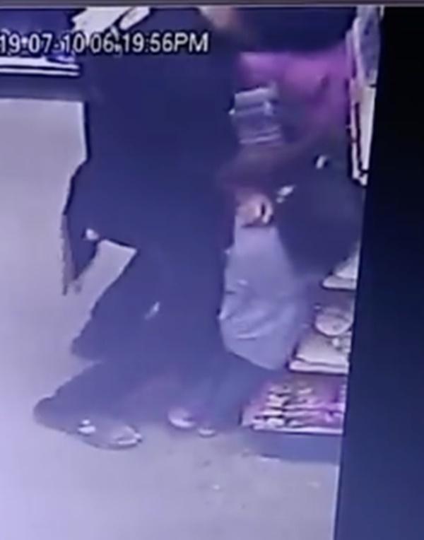 Sốc trước cảnh camera an ninh ghi lại hình ảnh yêu râu xanh ngang nhiên quấy rối các cô gái ngay trong cửa hàng tiện lợi-4