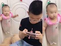 Mẹ nhờ trông em gái, cậu bé có ngay 'sáng kiến' bất ngờ để rảnh tay chơi game