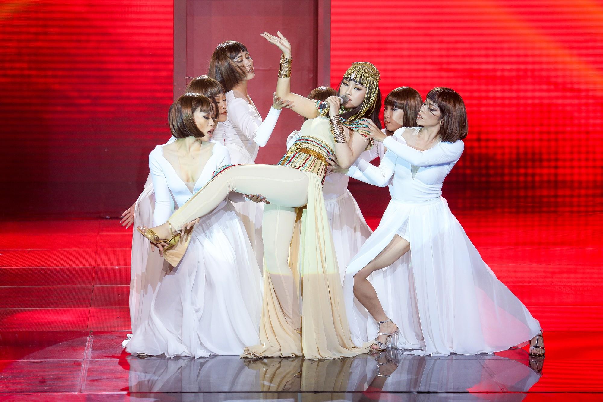 The Voice: Thấy gái đẹp quấn trăn nhảy múa tưng bừng, Tuấn Hưng phản ứng bất ngờ khiến ai cũng bật cười-6