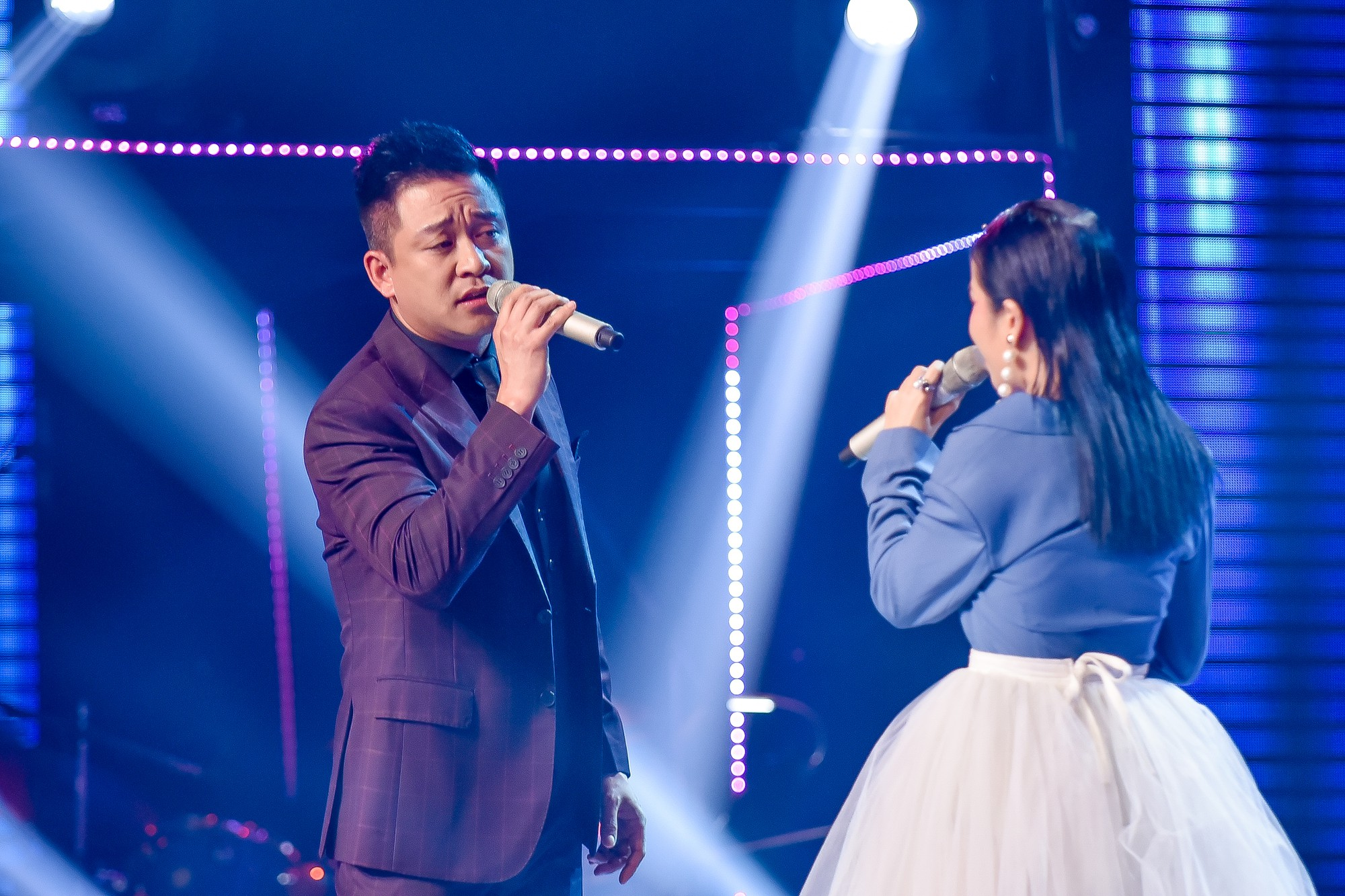 The Voice: Thấy gái đẹp quấn trăn nhảy múa tưng bừng, Tuấn Hưng phản ứng bất ngờ khiến ai cũng bật cười-16