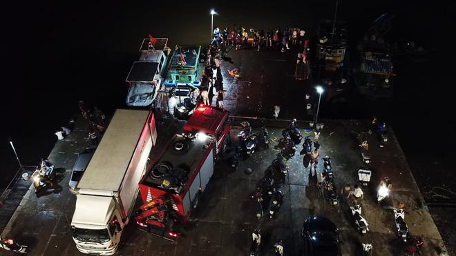 Bé trai 4 tuổi trượt chân rơi từ thuyền xuống biển, hàng trăm người tìm kiếm trong đêm-1