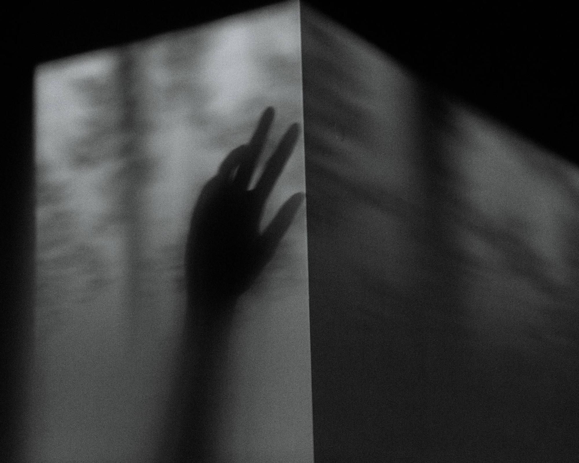 Nhật ký qua ảnh đầy xúc cảm của nữ y tá bị cưỡng hiếp và phải tự mình tìm lấy ánh sáng giữa hố sâu tăm tối-2