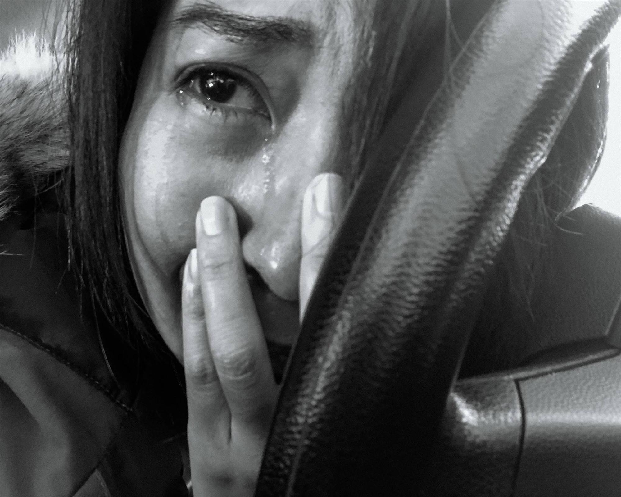 Nhật ký qua ảnh đầy xúc cảm của nữ y tá bị cưỡng hiếp và phải tự mình tìm lấy ánh sáng giữa hố sâu tăm tối-3