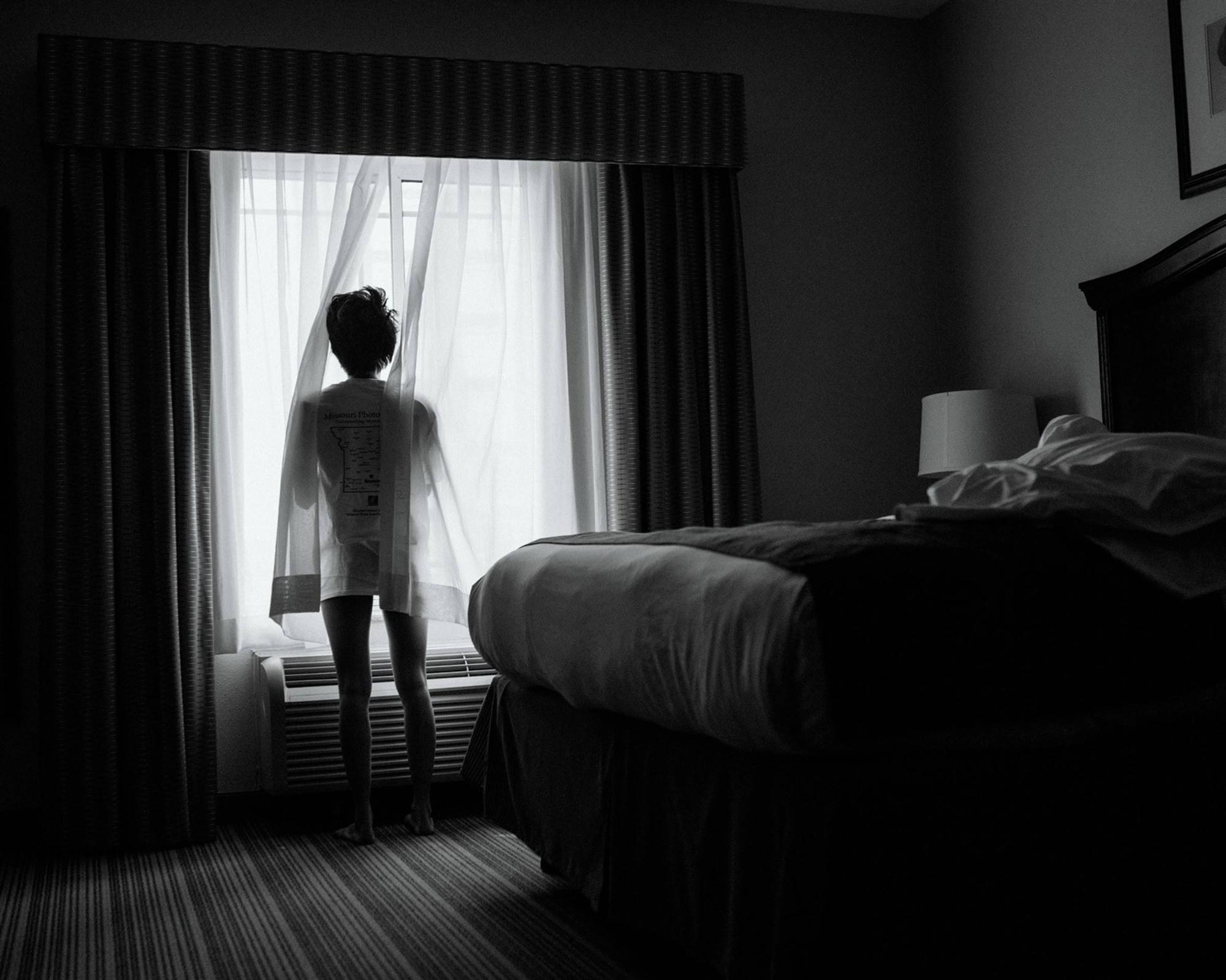 Nhật ký qua ảnh đầy xúc cảm của nữ y tá bị cưỡng hiếp và phải tự mình tìm lấy ánh sáng giữa hố sâu tăm tối-4