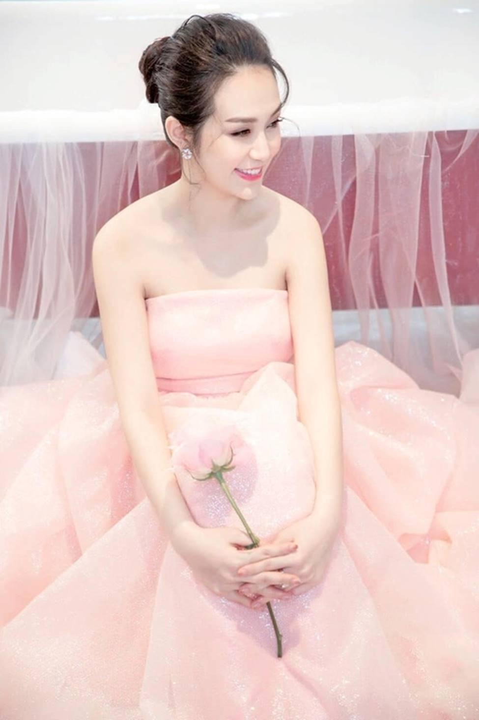 Vợ Tuấn Hưng, hoa khôi cháu dâu bà Tư Hường có bầu vẫn gợi cảm bậc nhất-5