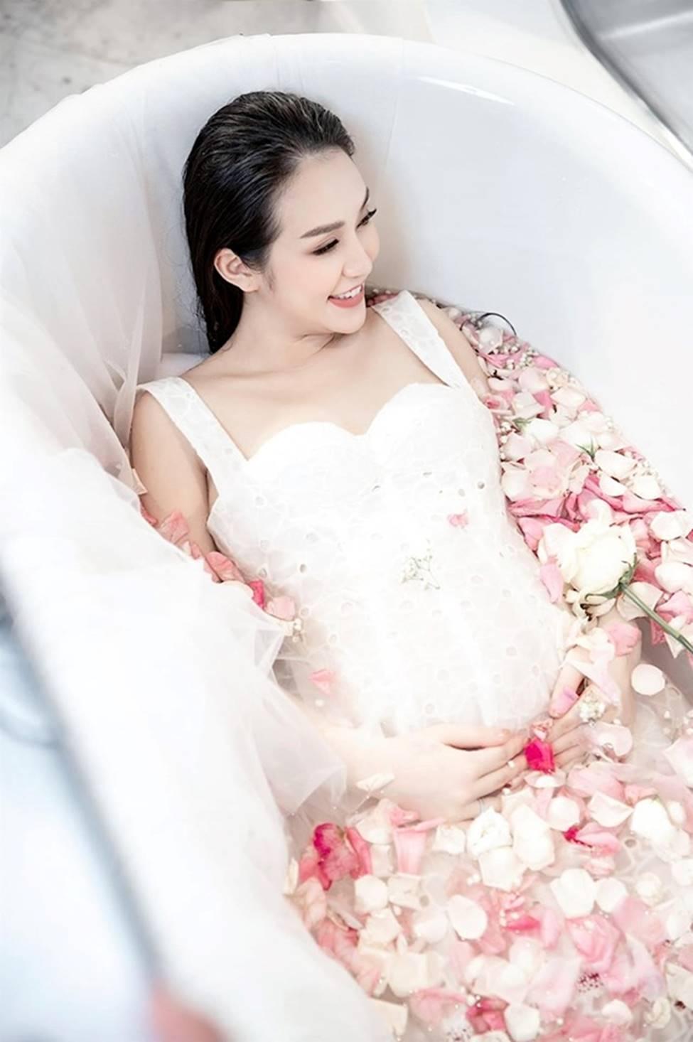 Vợ Tuấn Hưng, hoa khôi cháu dâu bà Tư Hường có bầu vẫn gợi cảm bậc nhất-6
