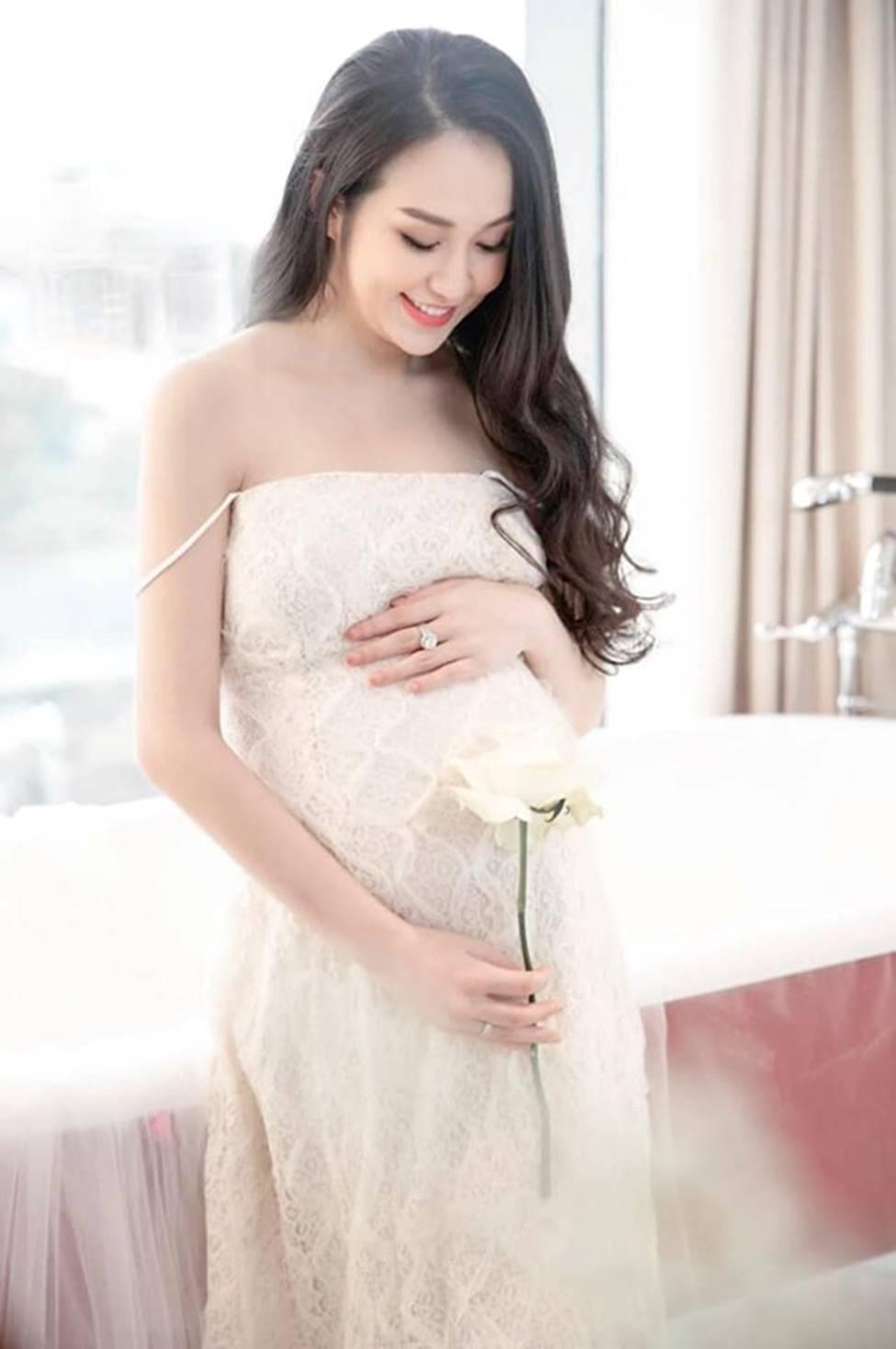 Vợ Tuấn Hưng, hoa khôi cháu dâu bà Tư Hường có bầu vẫn gợi cảm bậc nhất-7
