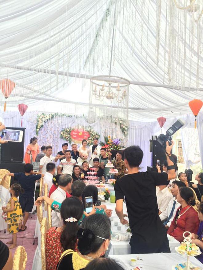 Trong ngày cưới, cô dâu chú rể méo mặt vì nhận phải quà siêu to, hai người bê không nổi-3