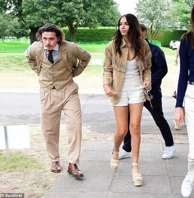 Cậu cả nhà Beckham gây sốc với dáng vẻ vừa già vừa lôi thôi, sánh vai bên bạn gái hơn tuổi mà vẫn như bố con-1