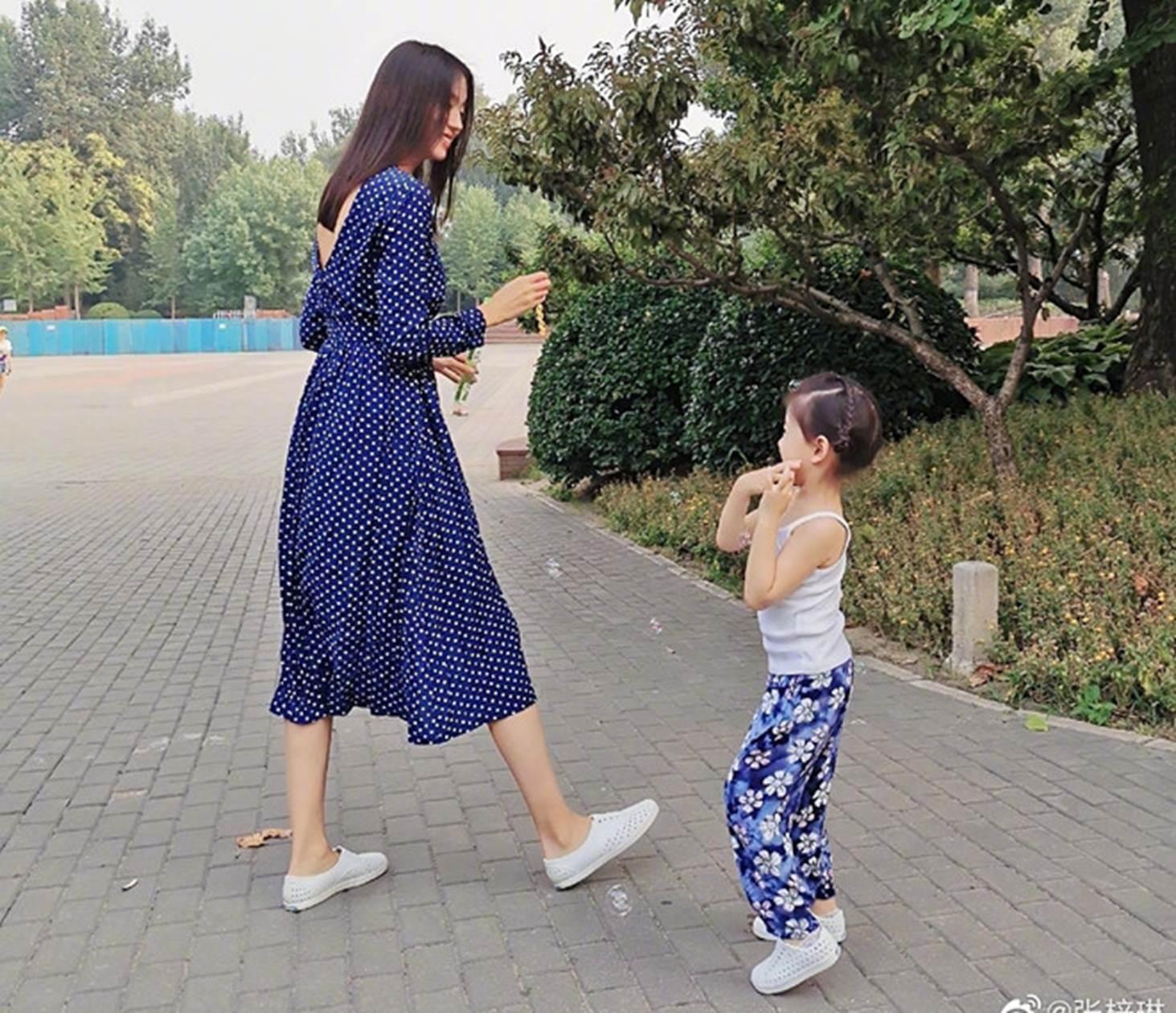 Con gái 3 tuổi của Hoa hậu Trương Tử Lâm sớm sở hữu đôi chân dài-1