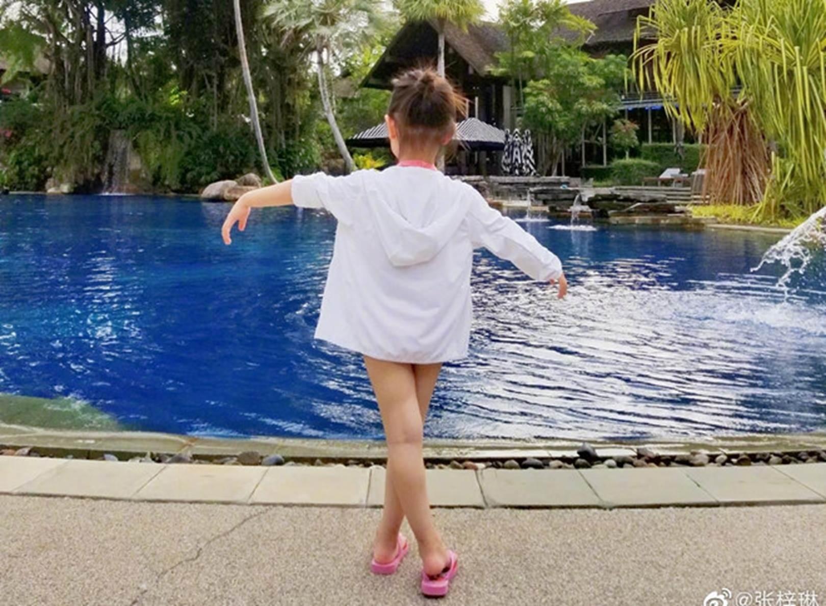Con gái 3 tuổi của Hoa hậu Trương Tử Lâm sớm sở hữu đôi chân dài-2