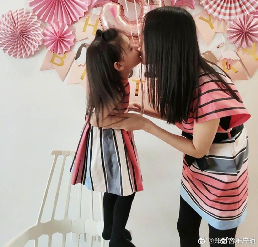 Con gái 3 tuổi của Hoa hậu Trương Tử Lâm sớm sở hữu đôi chân dài-5
