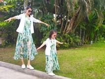 Con gái 3 tuổi của Hoa hậu Trương Tử Lâm sớm sở hữu đôi chân dài