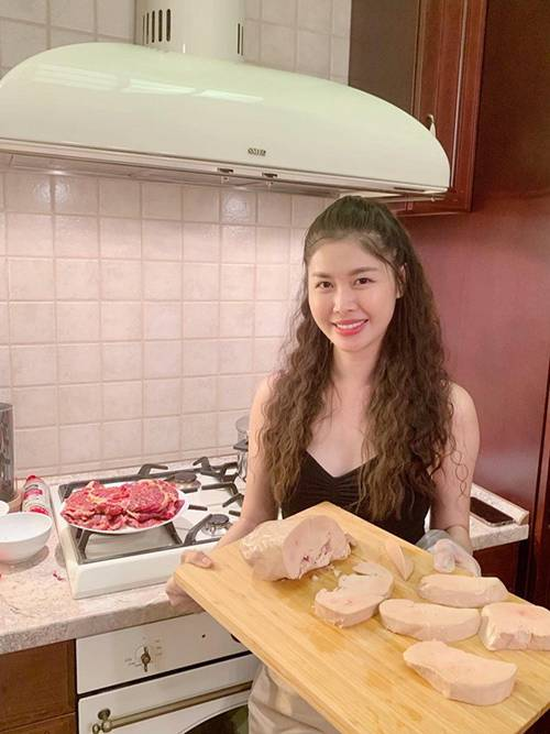 Vợ xinh của Đăng Khôi đi du lịch vẫn vào bếp làm món nhà giàu: Bất ngờ với mức giá-1